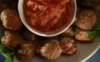Bulgur meatballs with tomato pepper sauce