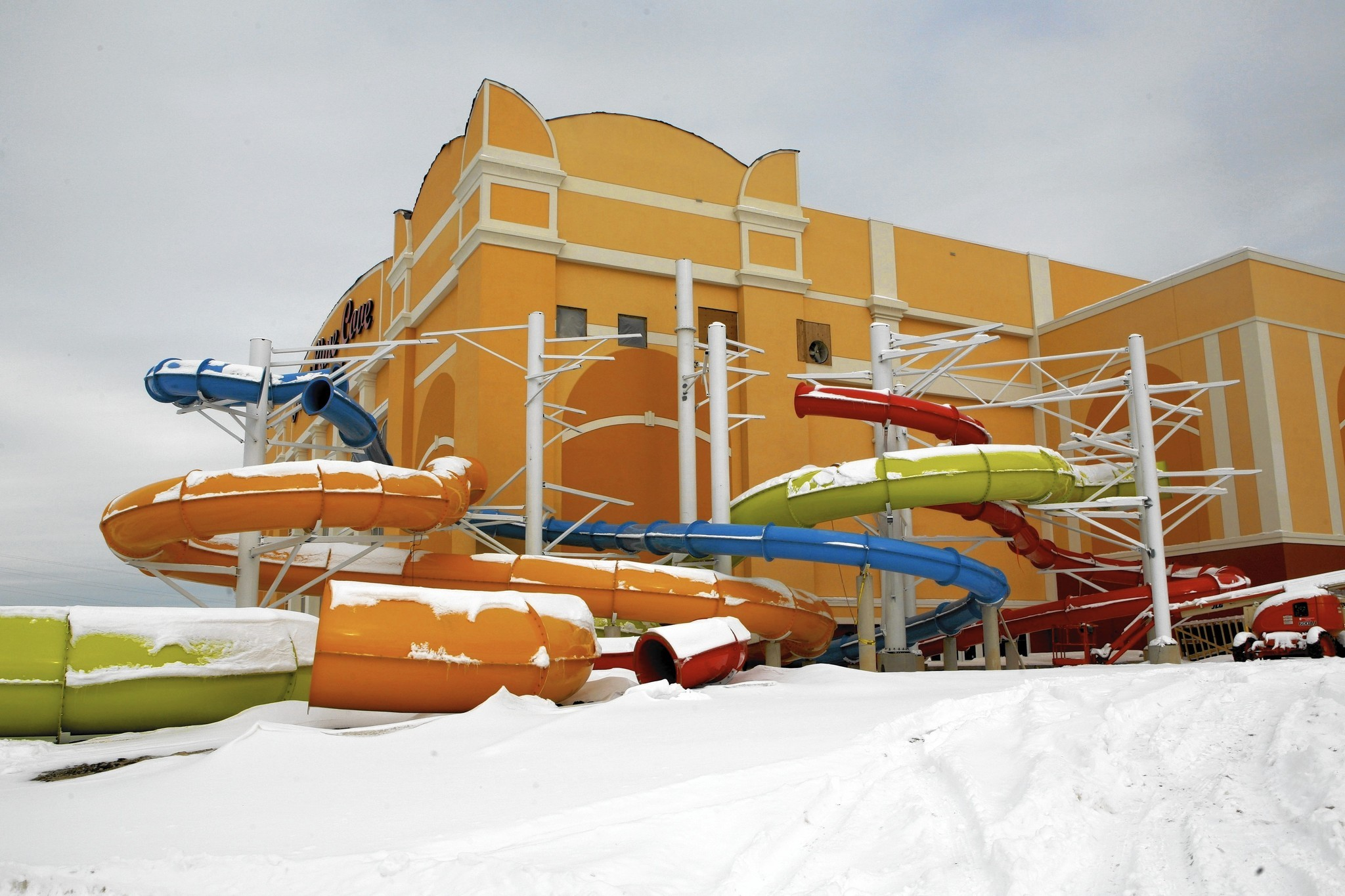 That's the idea behind Key Lime Cove Indoor Waterpark Resort in Gurnee, Illinois, an hour from both Milwaukee and Chicago. In here it's always summer — 84 degrees and the water's warm — even when snow's falling outside.4/5.