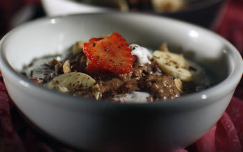 Hazelnut-chocolate oatmeal with strawberries and cream