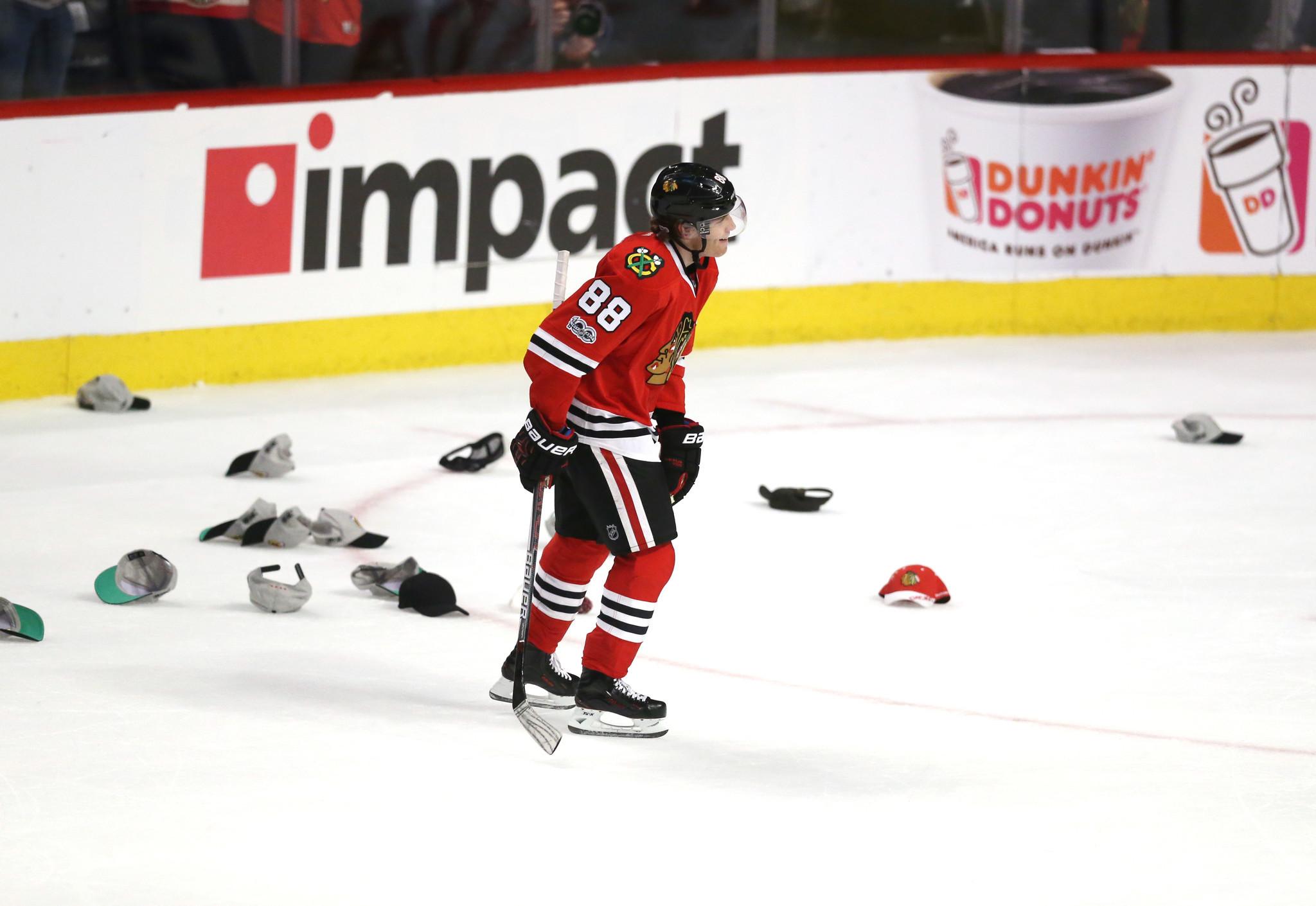 Another hat trick for Patrick Kane in Blackhawks victory over Penguins -  Chicago Tribune 5958afe7779