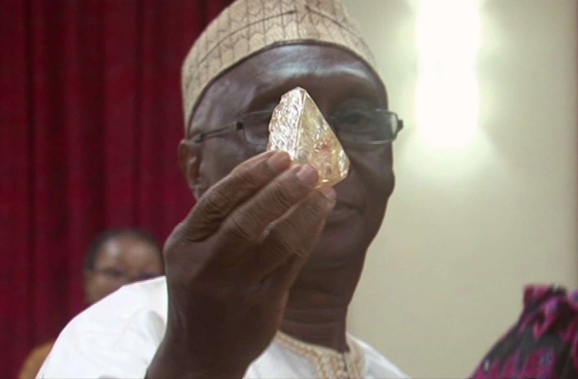 A Sierra Leone pastor discovered a 706-carat diamond and turned it over to the government