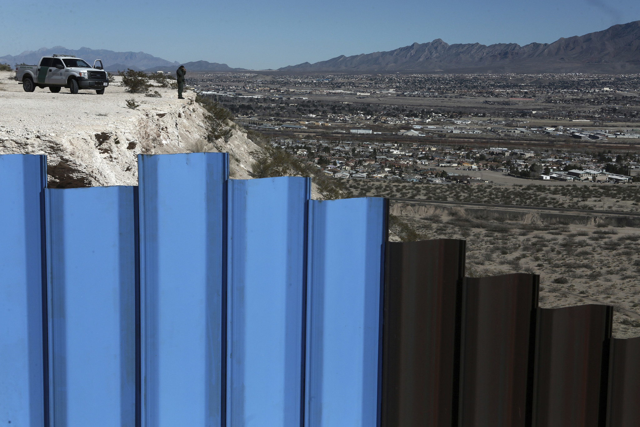 Trump wants 30-foot-high Mexican border wall that looks ...