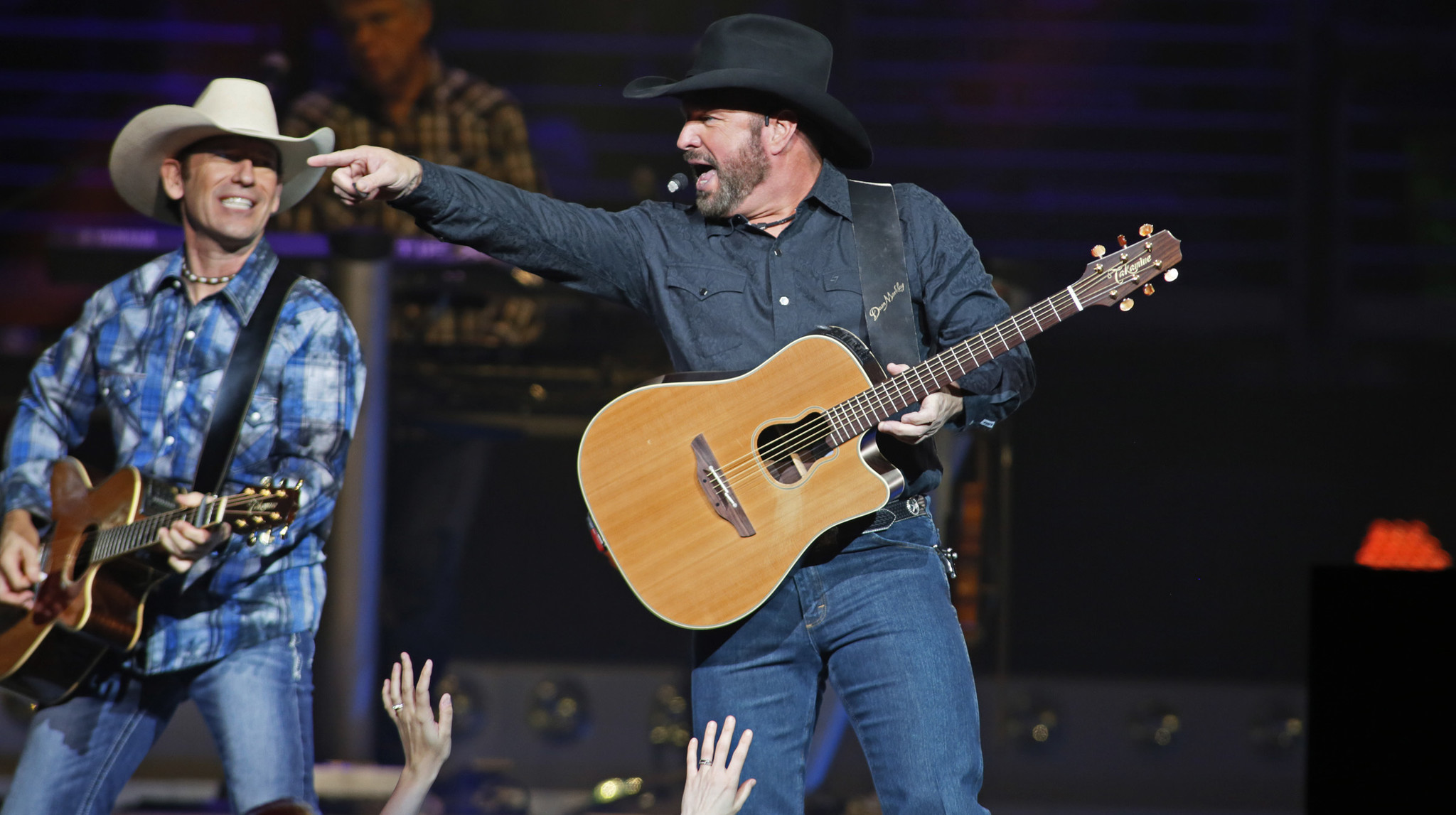 Review Garth Brooks Gives Audience What It Wants But