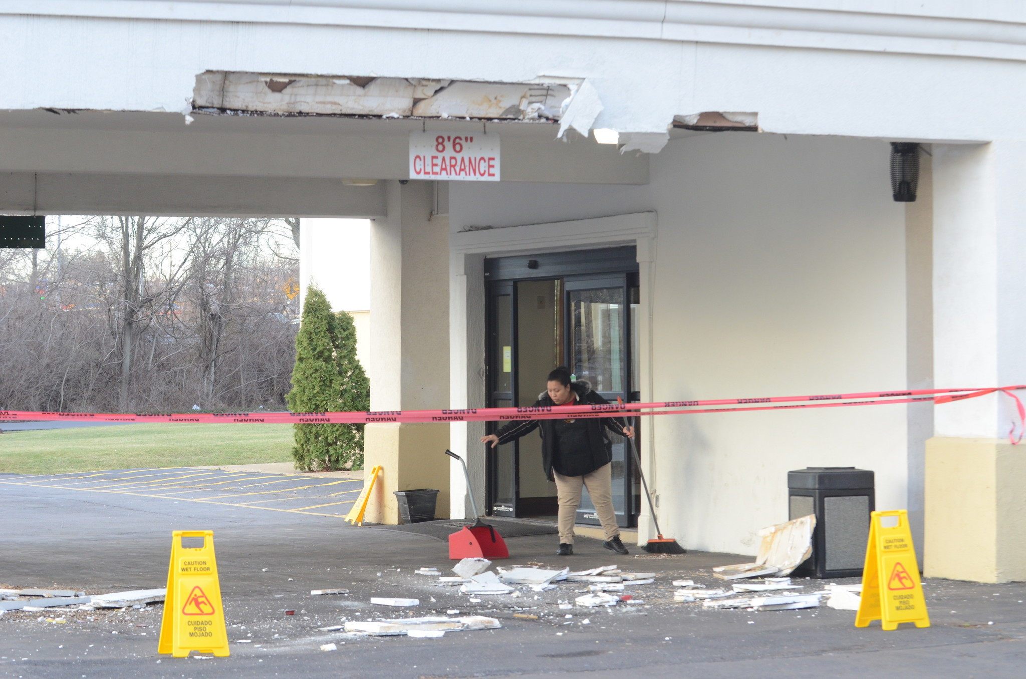 Truck hits Palmer hotel overhang - The Morning Call