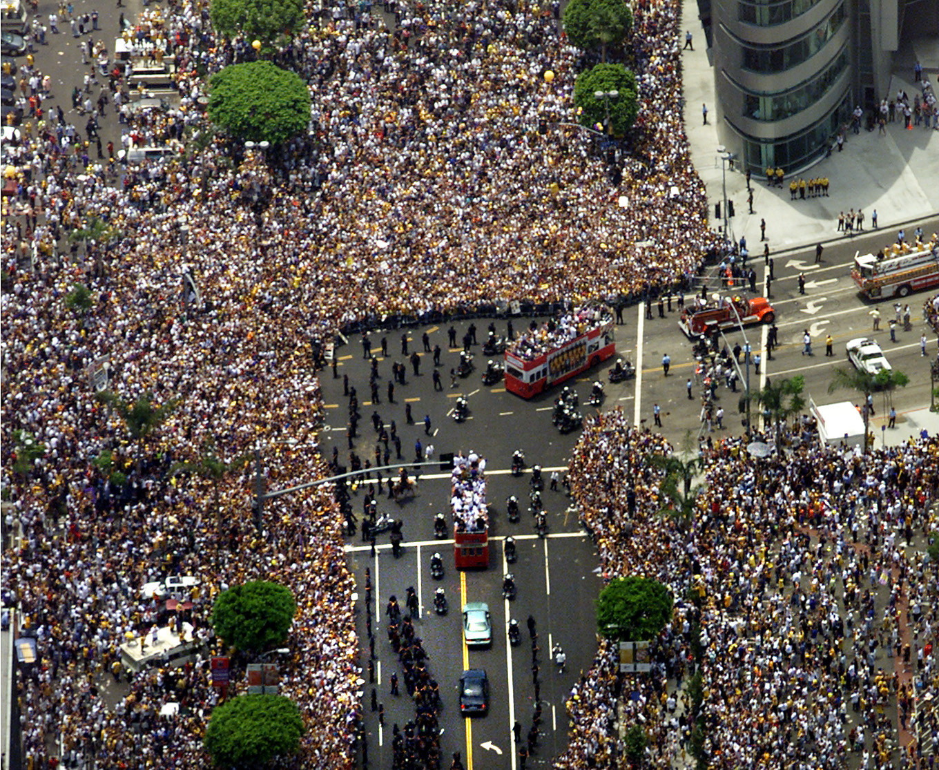 Throngs of fans crowd the streets during a Lakers parade in 2000.