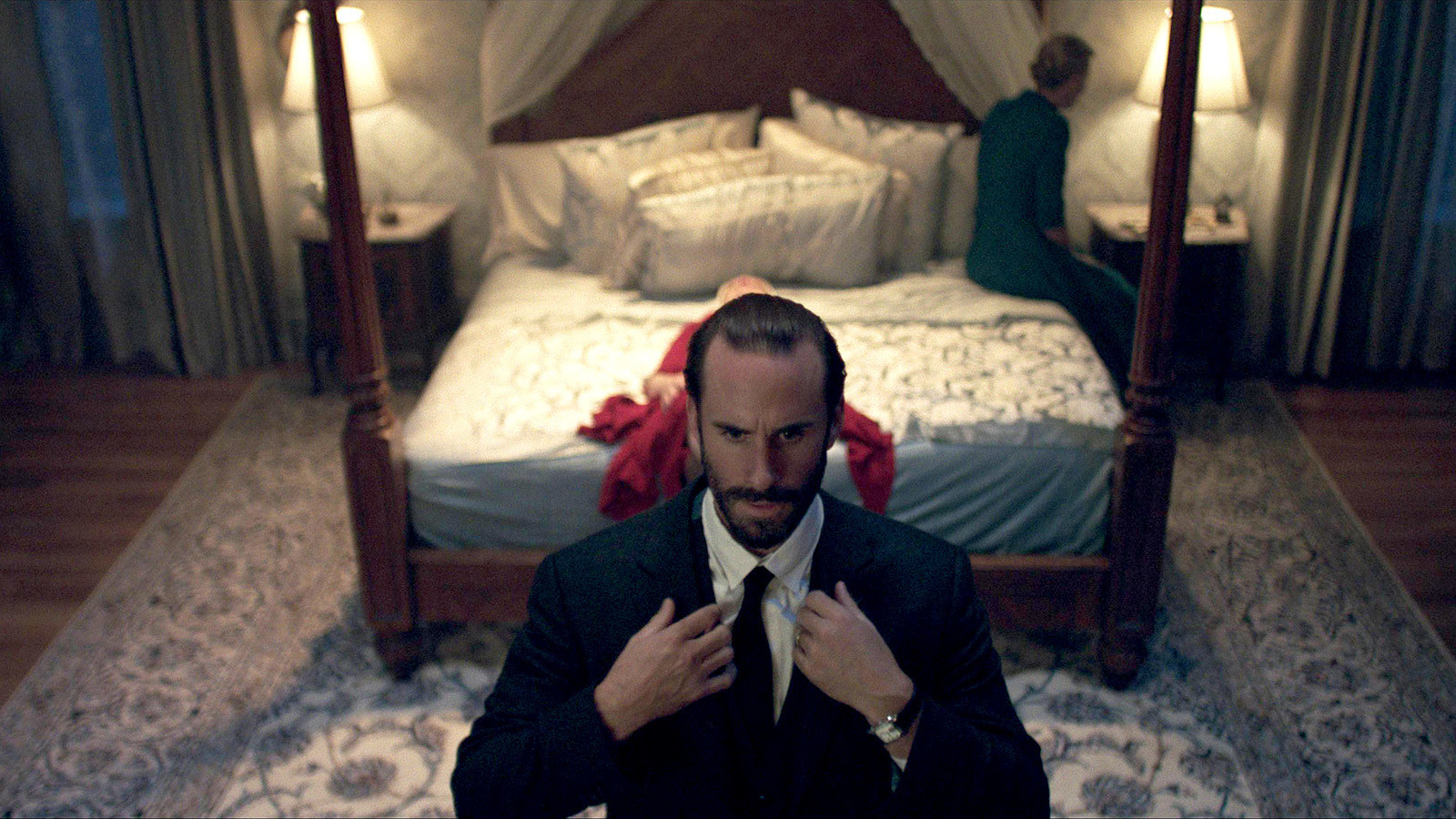 Commander Waterford (Joseph Fiennes) in