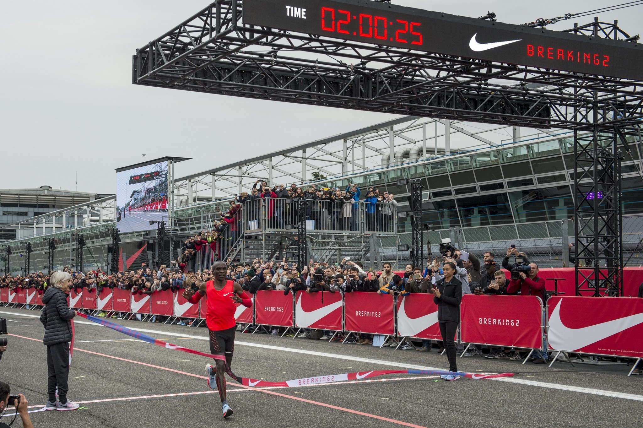 37b3f8c4c265 Kenya s Eliud Kipchoge falls 26 seconds short of first sub 2-hour marathon  - Chicago Tribune