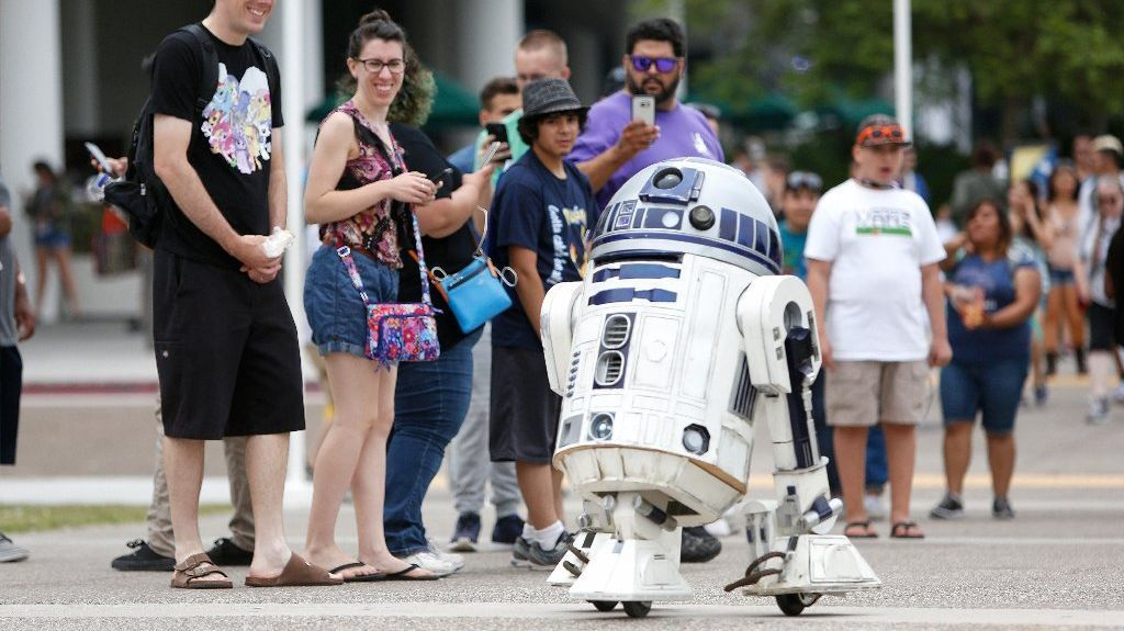 R2-D2 is spotted rolling through the streets of downtown San Diego at San Diego Comic-Con 2016 #sdcc2016