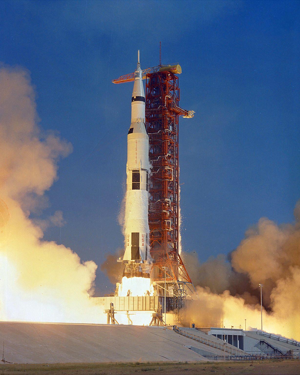 O veículo espacial Apollo 11 Saturn V decola com os astronautas Neil Armstrong, Michael Collins e Edwin
