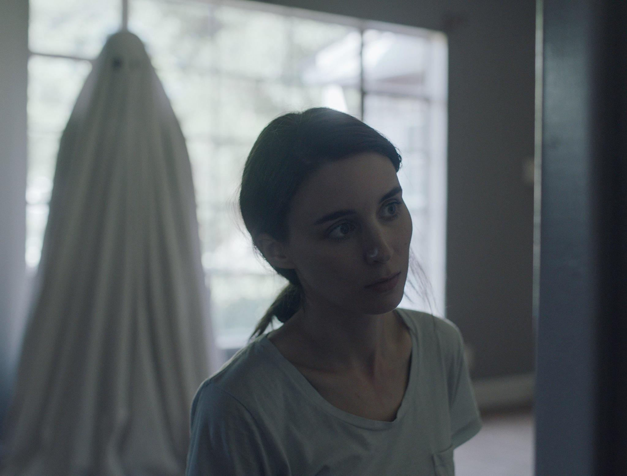 'A Ghost Story' review: The shiver and beauty of life in a small, beautiful  movie. '