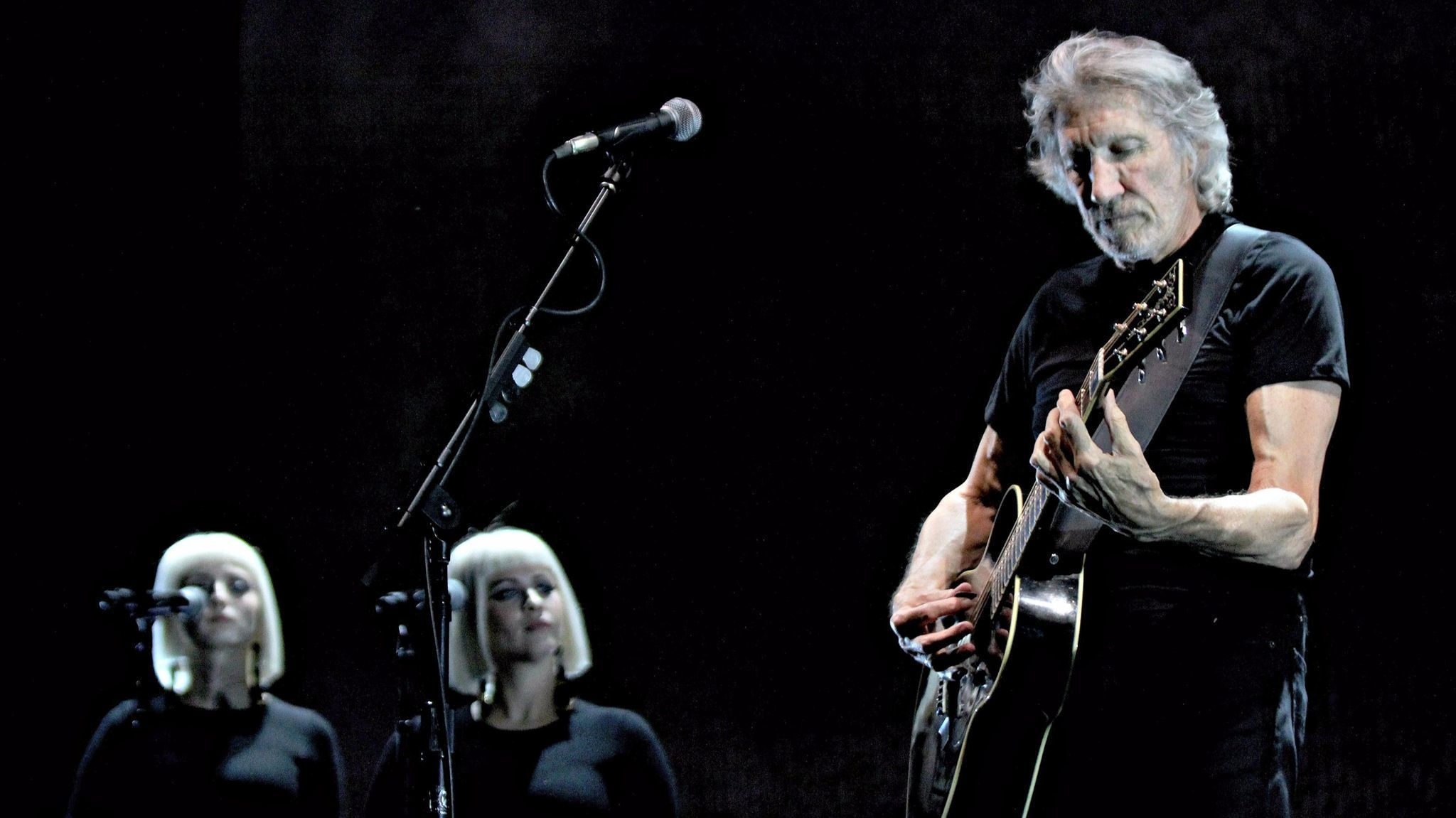review a great gig by roger waters in miami. Black Bedroom Furniture Sets. Home Design Ideas