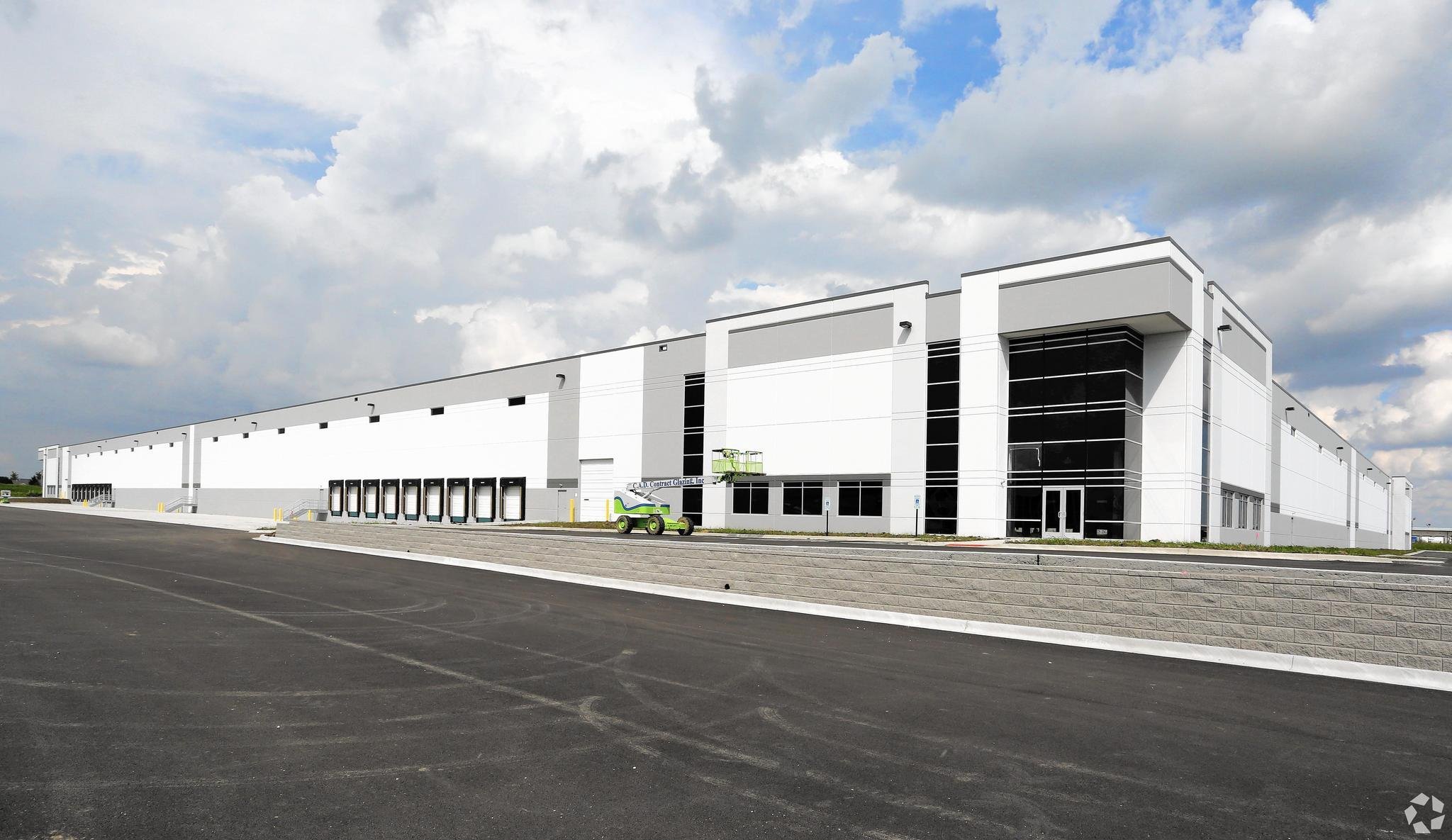 Amazon plans 440,000-square-foot warehouse in southwest