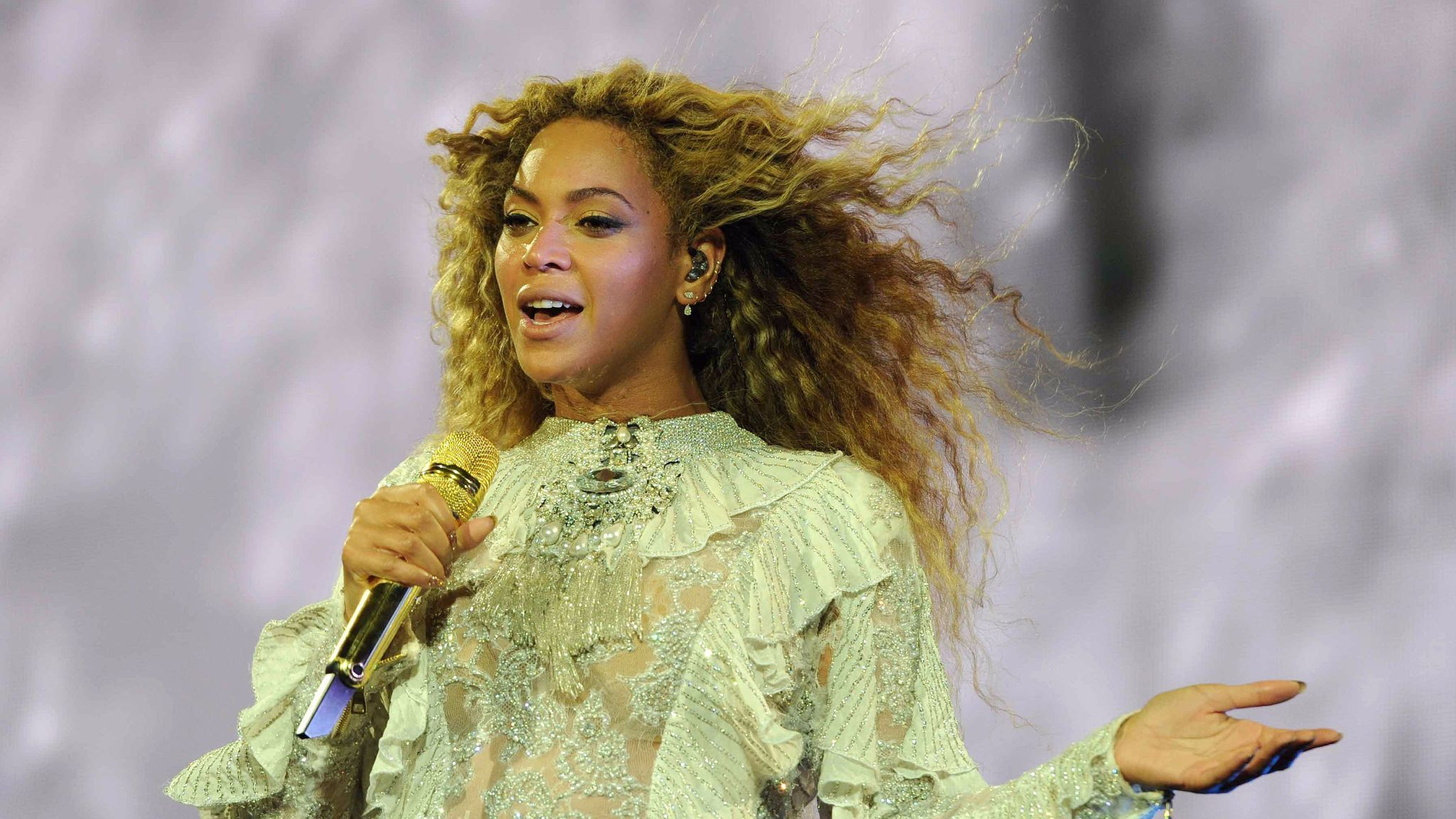 Beyonc 233 Will Release A 300 600 Page Coffee Table Book