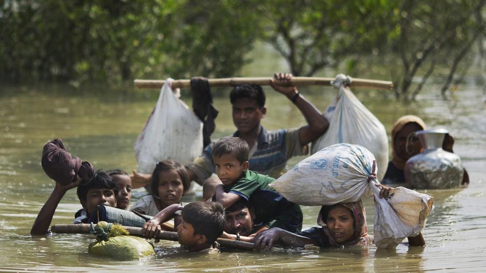 http://www.trbimg.com/img-59aebcf4/turbine/la-fg-rohingya-muslim-flee-myanmar-pictures-20-010/950/950x534