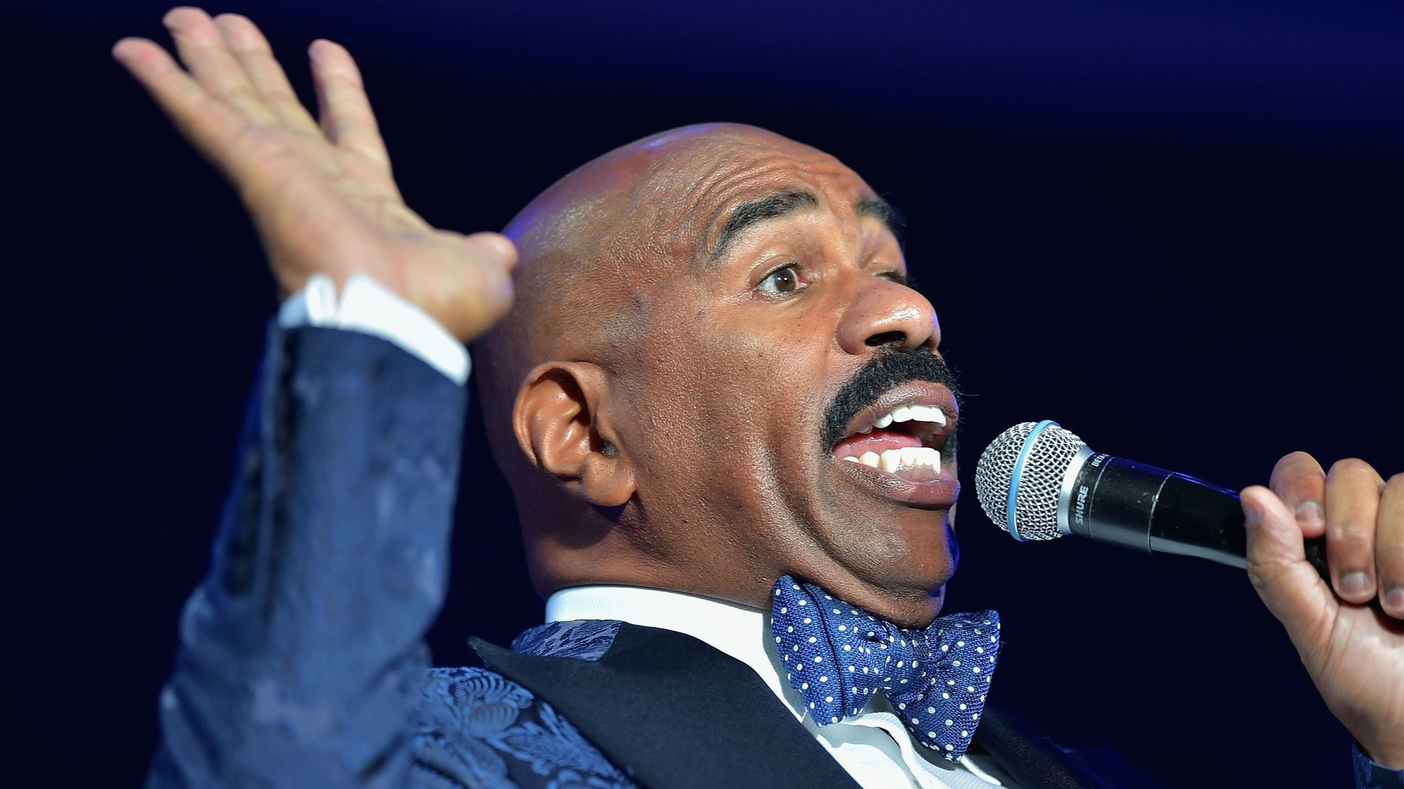 steve harvey takes a shot at chicago s celebrity pool in new