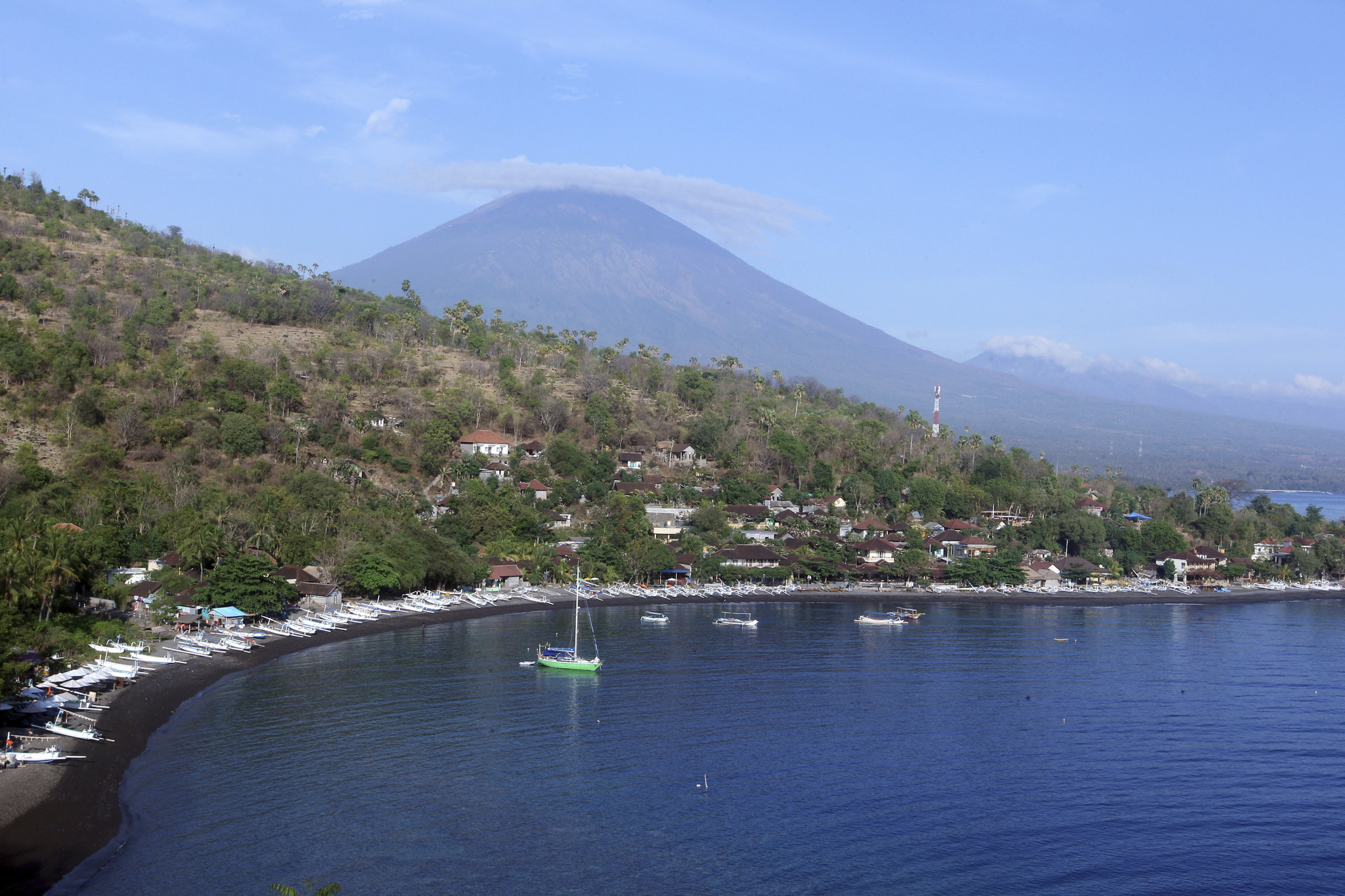 Fears Of Bali Volcano Eruption Spark Exodus Of 75 000 Chicago Tribune