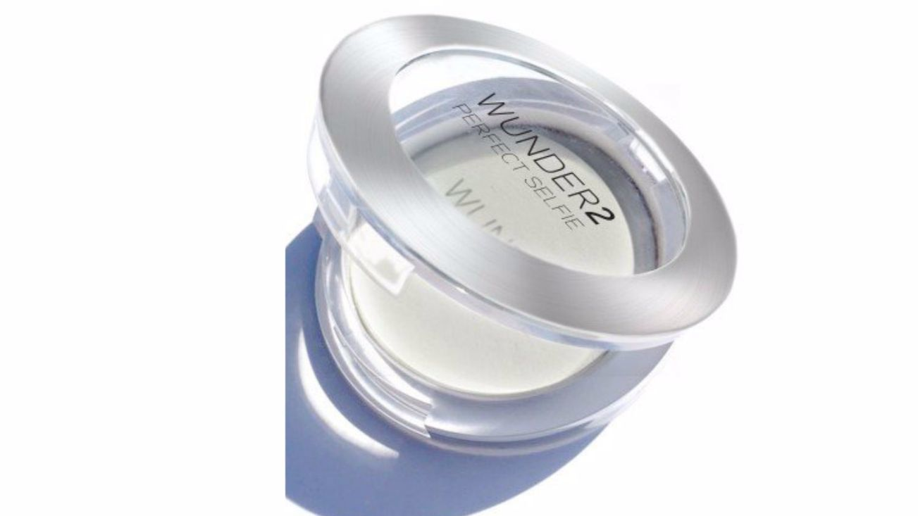 Wunder2's Selfie HD Photo Finishing Powder was created to be used in harsh fluorescent lighting, casting a natural and translucent glow on the skin.