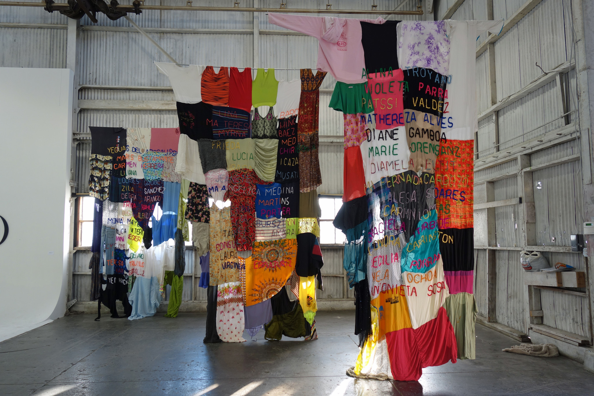 An installation by Colombian artist Carolina Caycedo at ProyectosLA.