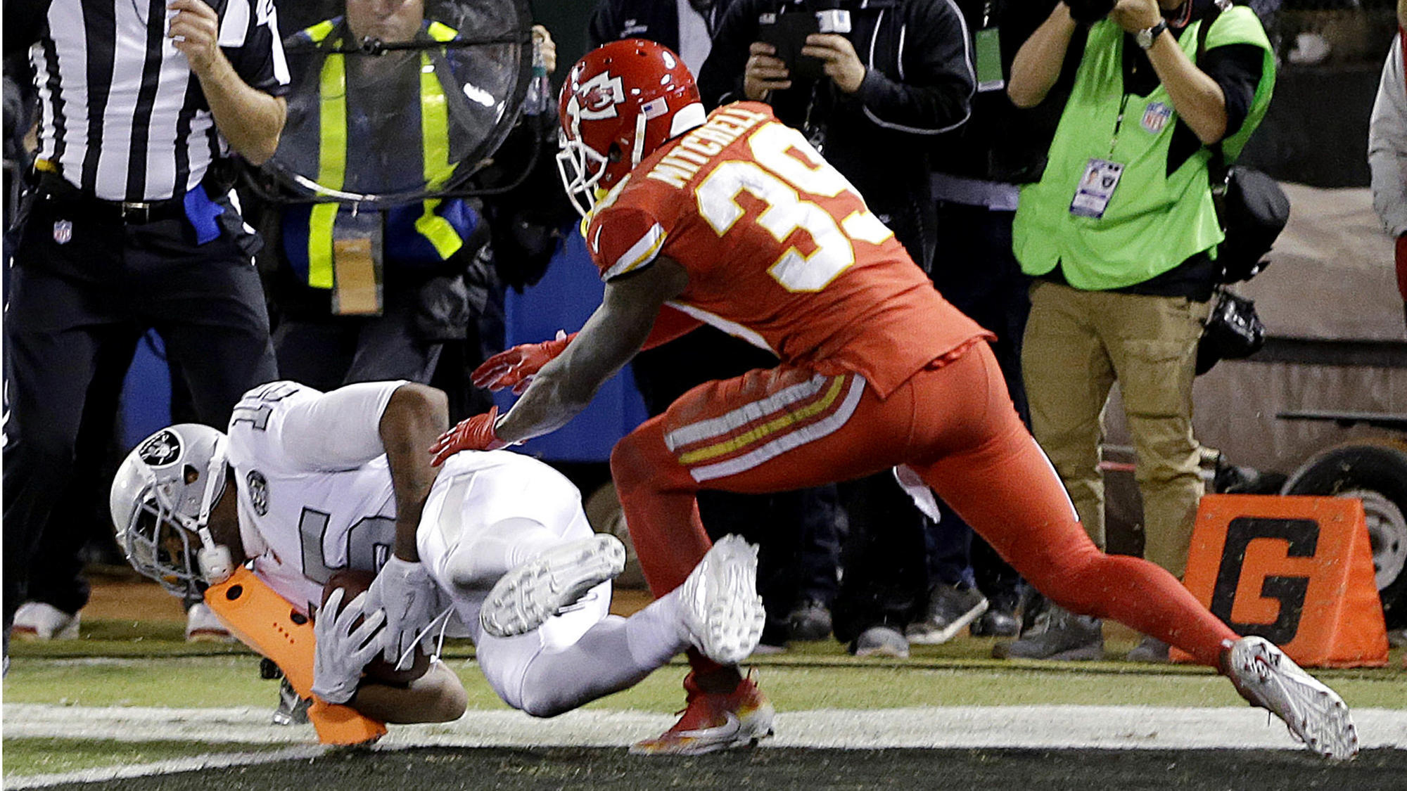 Raiders score on final play of game to beat Chiefs - LA Times