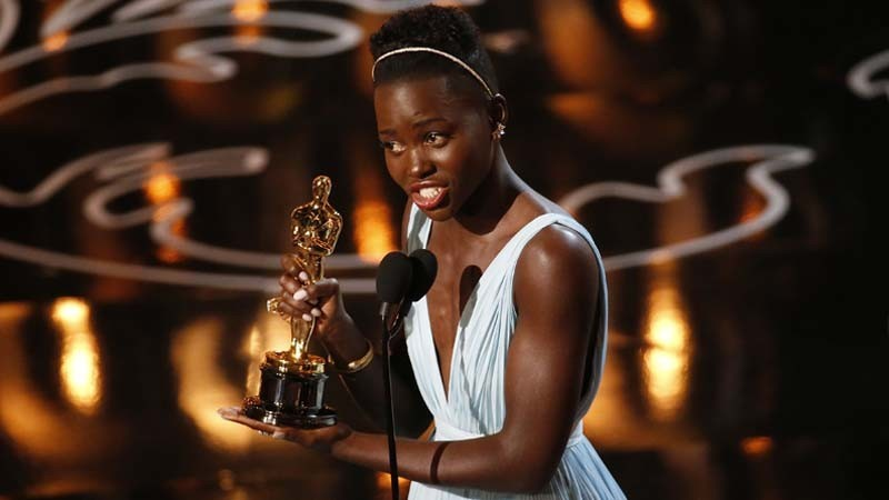 """Lupita N'yongo accepts the supporting actress Academy Award for her work in """"12 Years a Slave"""" on March 2, 2014. (Robert Gauthier / Los Angeles Times)"""