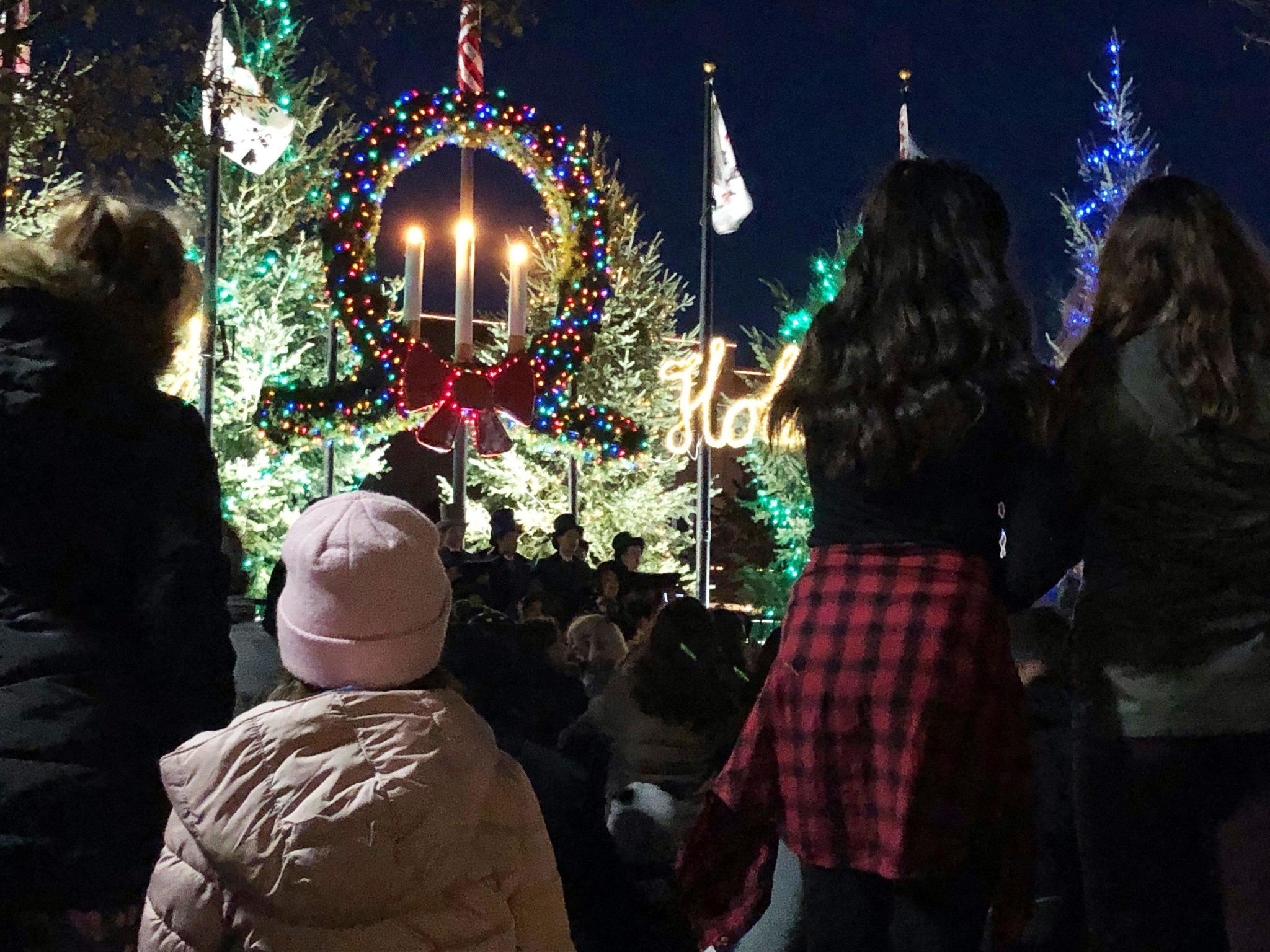 arlington heights ushers in holidays with tree lighting during warmest black friday on record chicago tribune