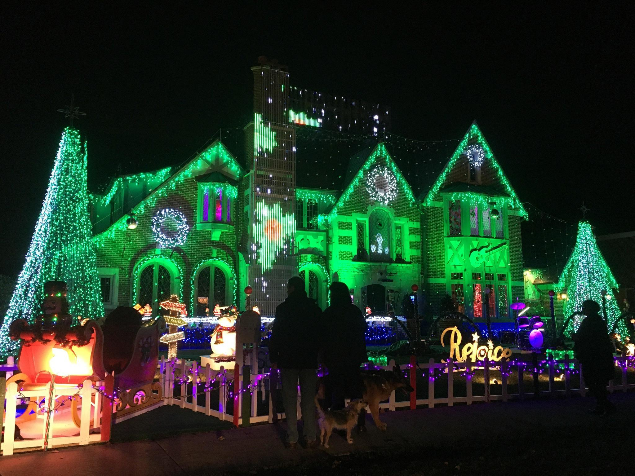 familys synchronized holiday light show back on in park ridge park ridge herald advocate