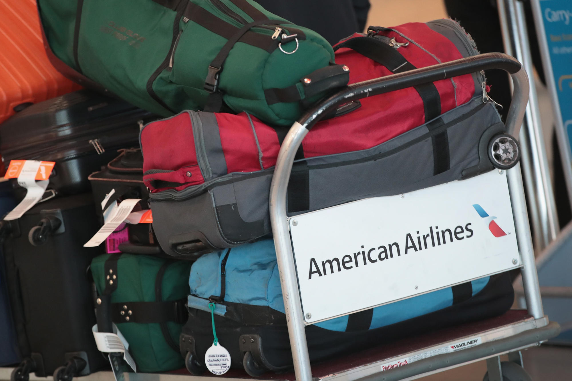 U S Drops Proposal To Force Airlines To Disclose Bag Fees Chicago Tribune