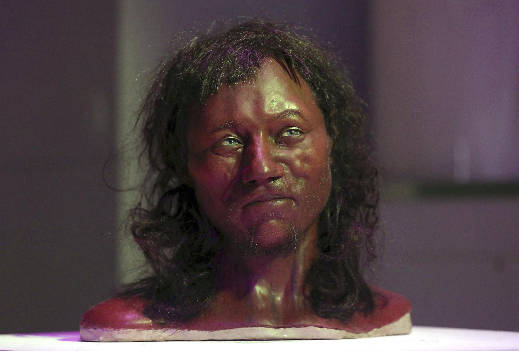 DNA from 10,000-year-old skeleton suggests oldest-known Briton had dark  skin, blue eyes - Chicago Tribune