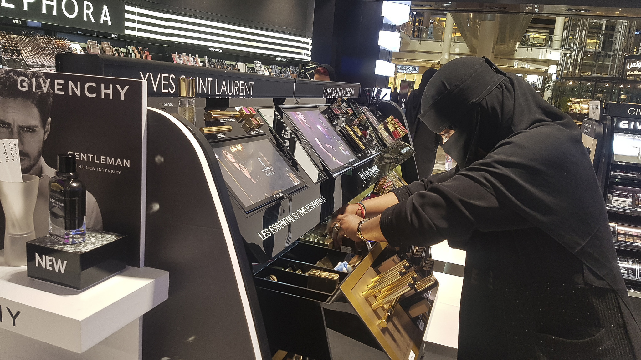 Saudi Women Spend Big On Makeup Even If It S Just A