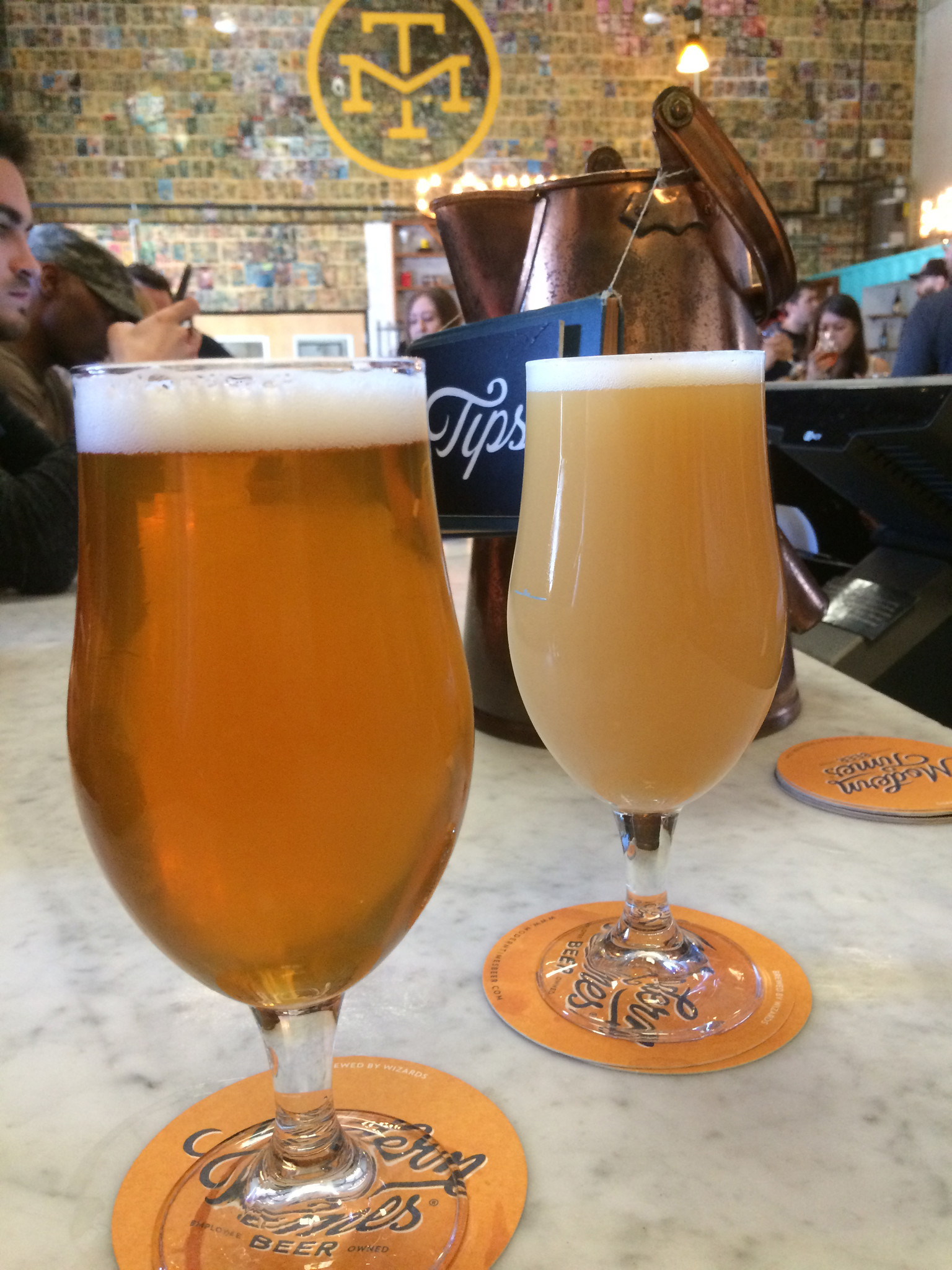 Visual difference between a regular IPA (left) and a hazy IPA (right).
