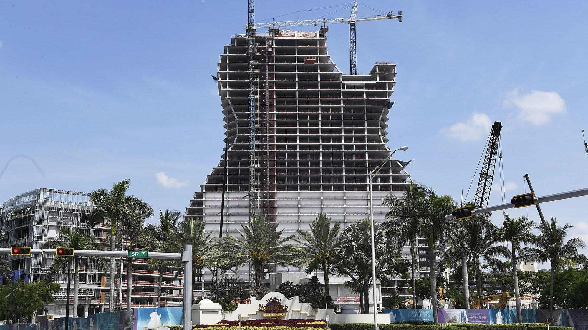 guitar shaped hotel tower nears top off at seminole hard rock in hollywood sun sentinel. Black Bedroom Furniture Sets. Home Design Ideas