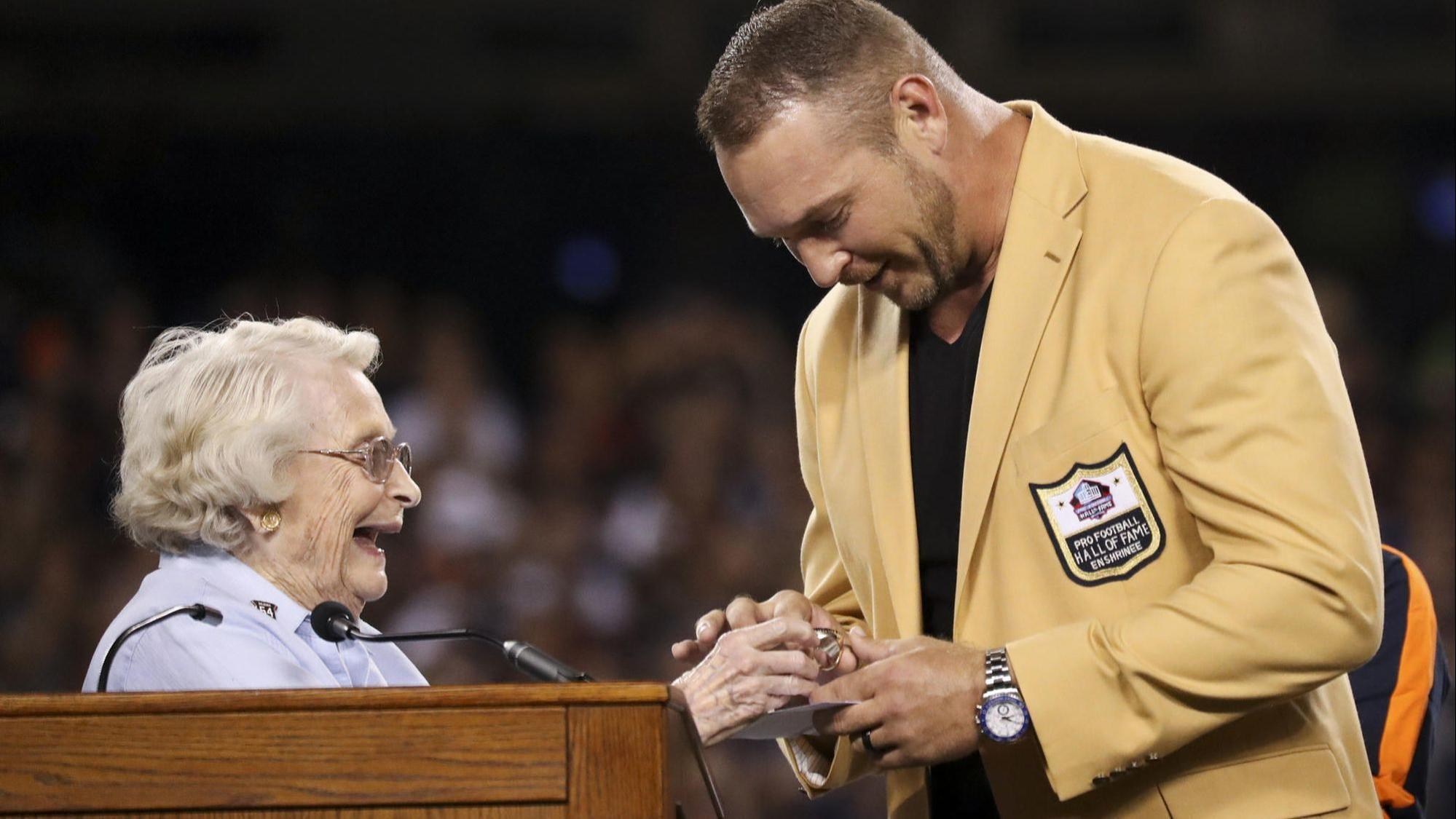 ESPN tunes out Brian Urlacher s halftime ceremony   That was a miss ... a813d7ef4