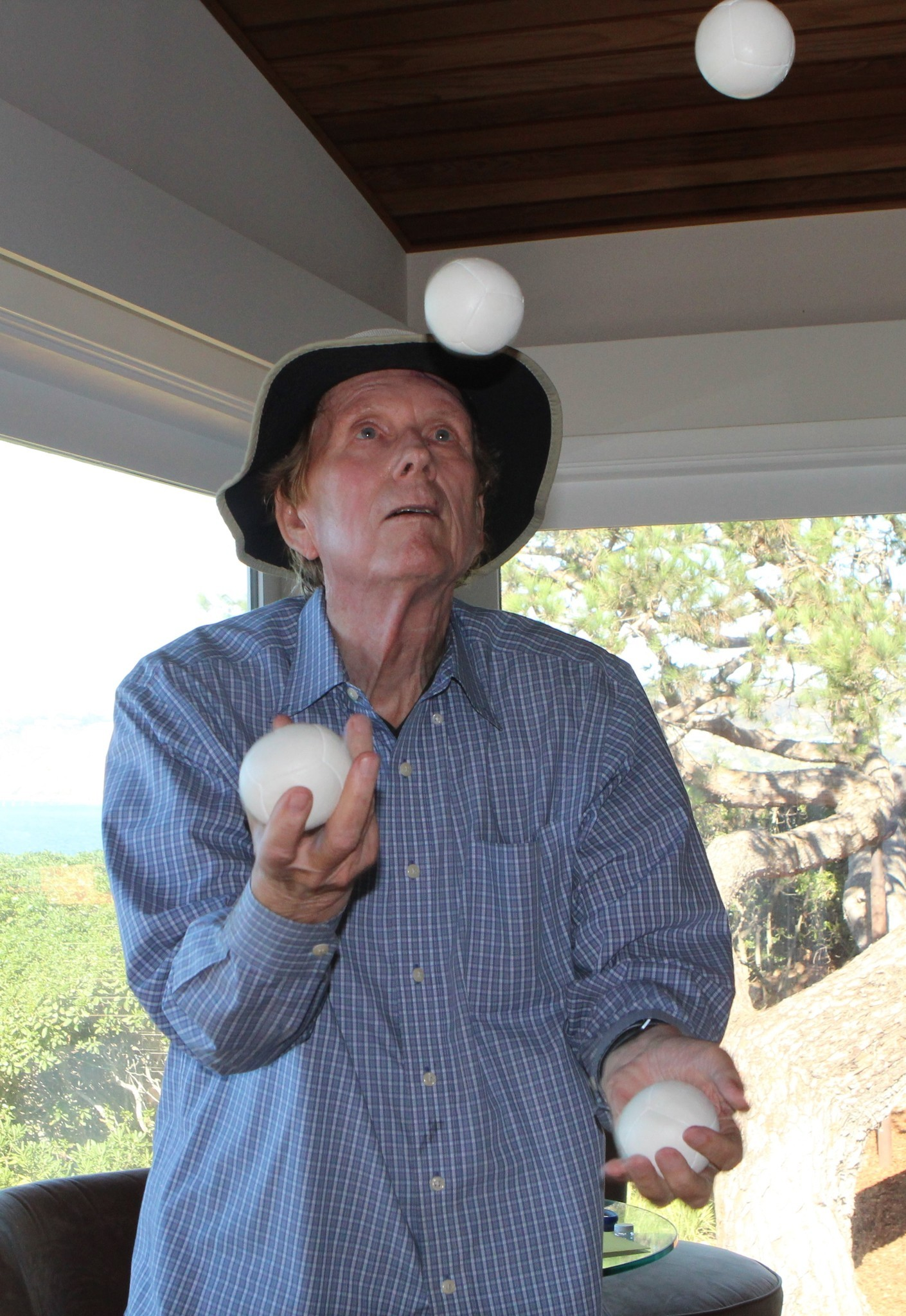 Ronald Graham juggles four balls in his bedroom.