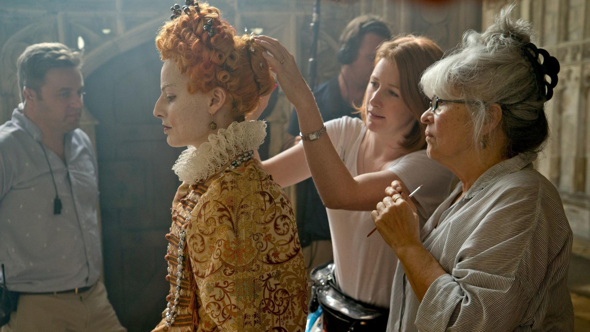 how margot robbie transformed into queen elizabeth i for mary queen