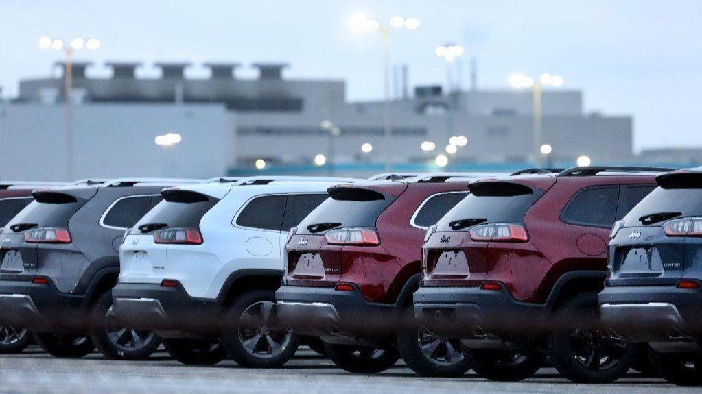 While Gm Idles Sedan Production Chicago Area Ford Chrysler Plants Are Going Strong After Shifting To Suvs