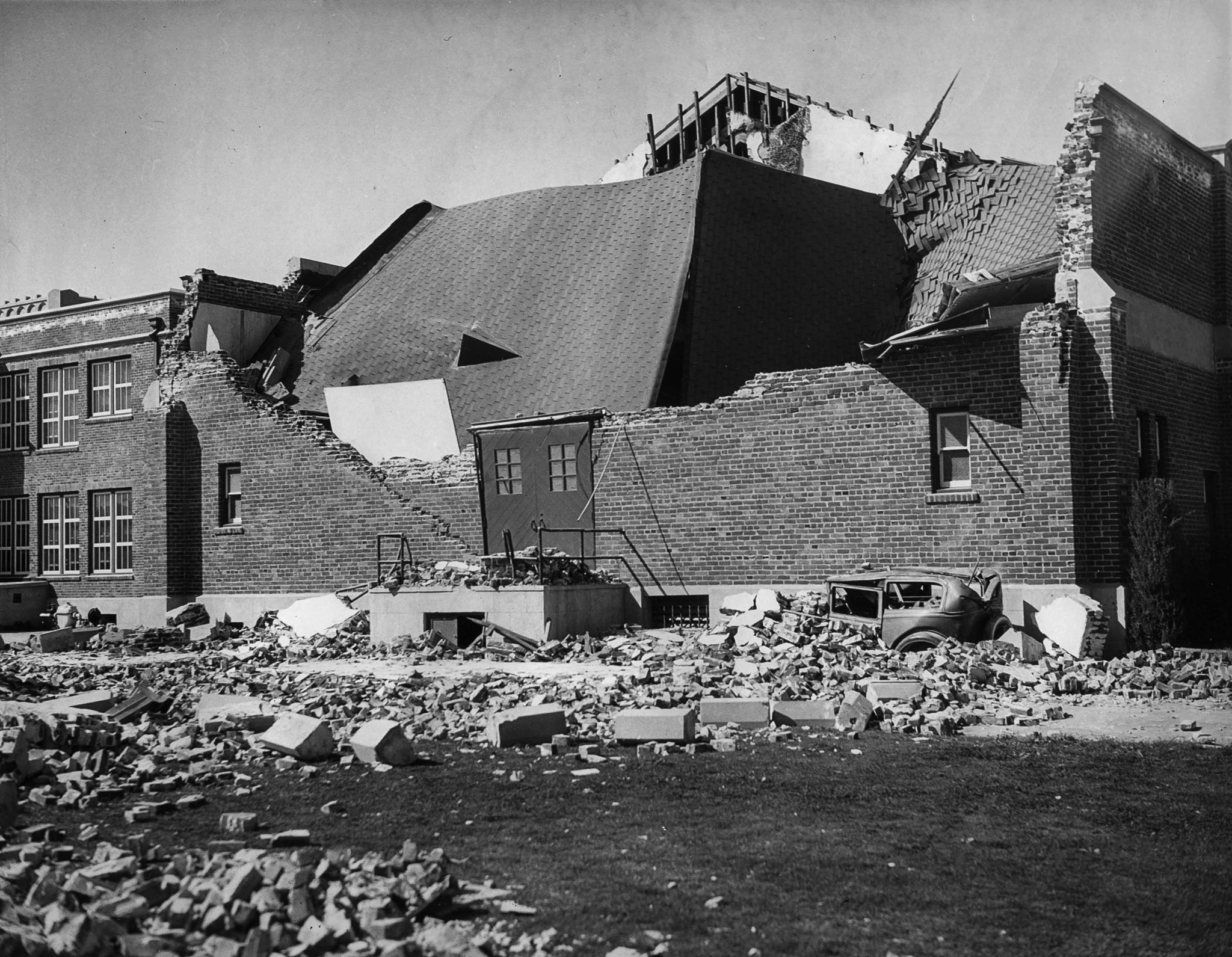 Unknown school damaged by the 1933 Long Beach Earthquake.