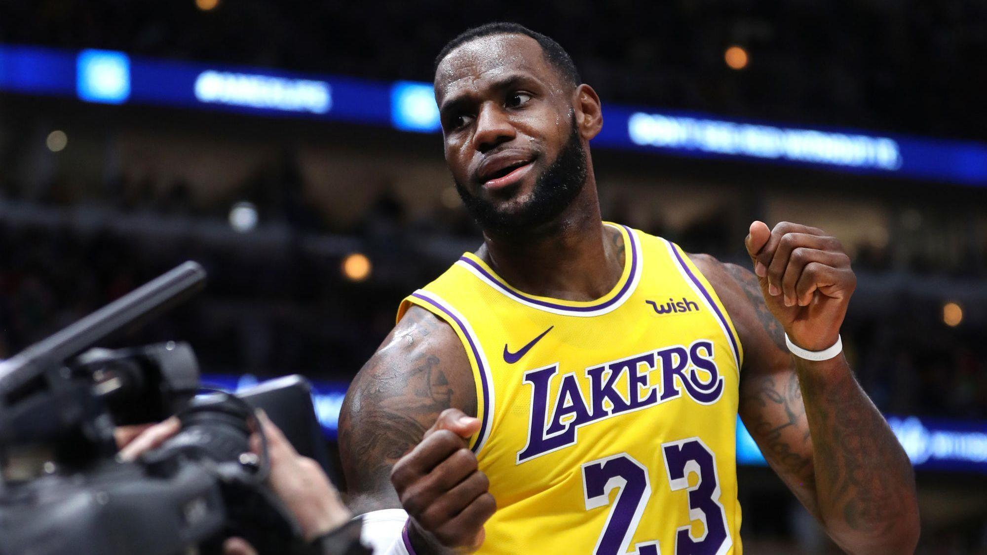 590a56b1ae61 LeBron James puts on a show in a 123-107 Lakers win that officially  eliminates the Bulls from the playoffs - Chicago Tribune