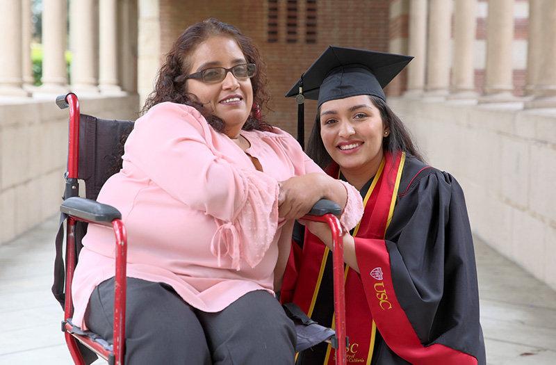 39b214a1e Madre discapacitada recibe el mejor regalo de su hija  La graduación  universitaria - Hoy