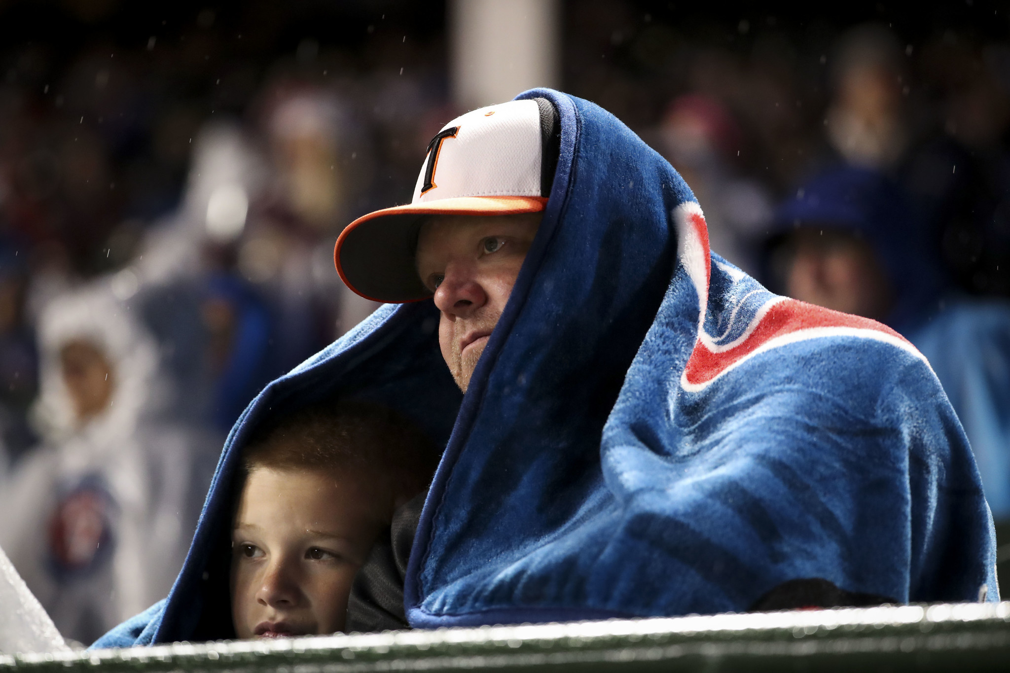 ed0e96cf82f64 Cold nights at the ballpark for the Cubs and White Sox — and their fans -  Chicago Tribune