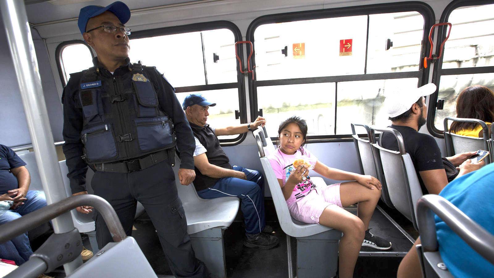 49054c878fa Los robos a mano armada se han vuelto tan comunes en el transporte público  en la Ciudad de México que algunos pasajeros están ocurriendo a una  solución ...