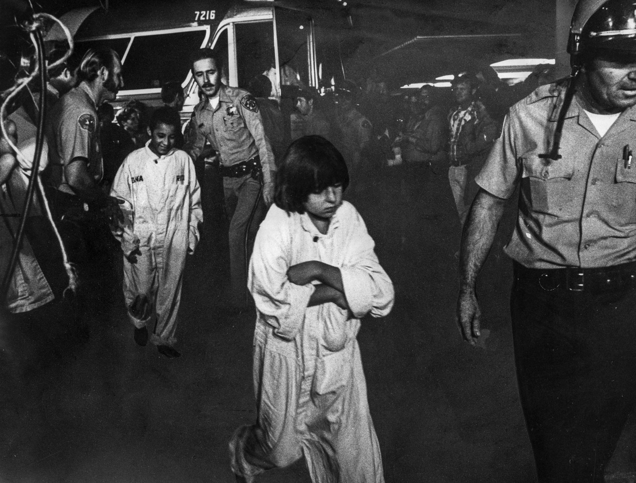 July 17, 1976: Officers escort chidren from Grayhound bus upon their return to Chowchilla at 4 a.m.