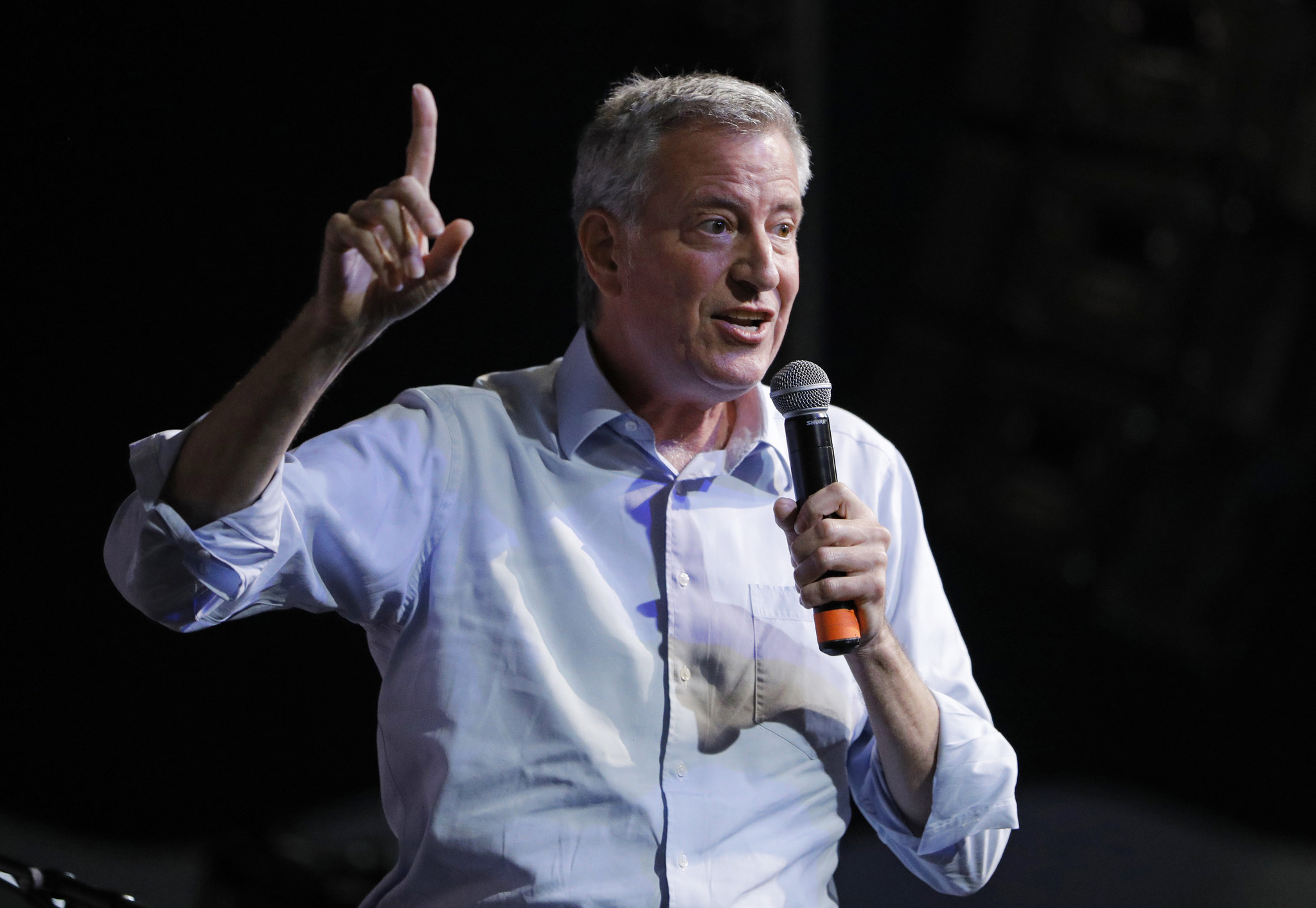 De Blasio makes White House pitch at Iowa State Fair — and schools son Dante at football toss