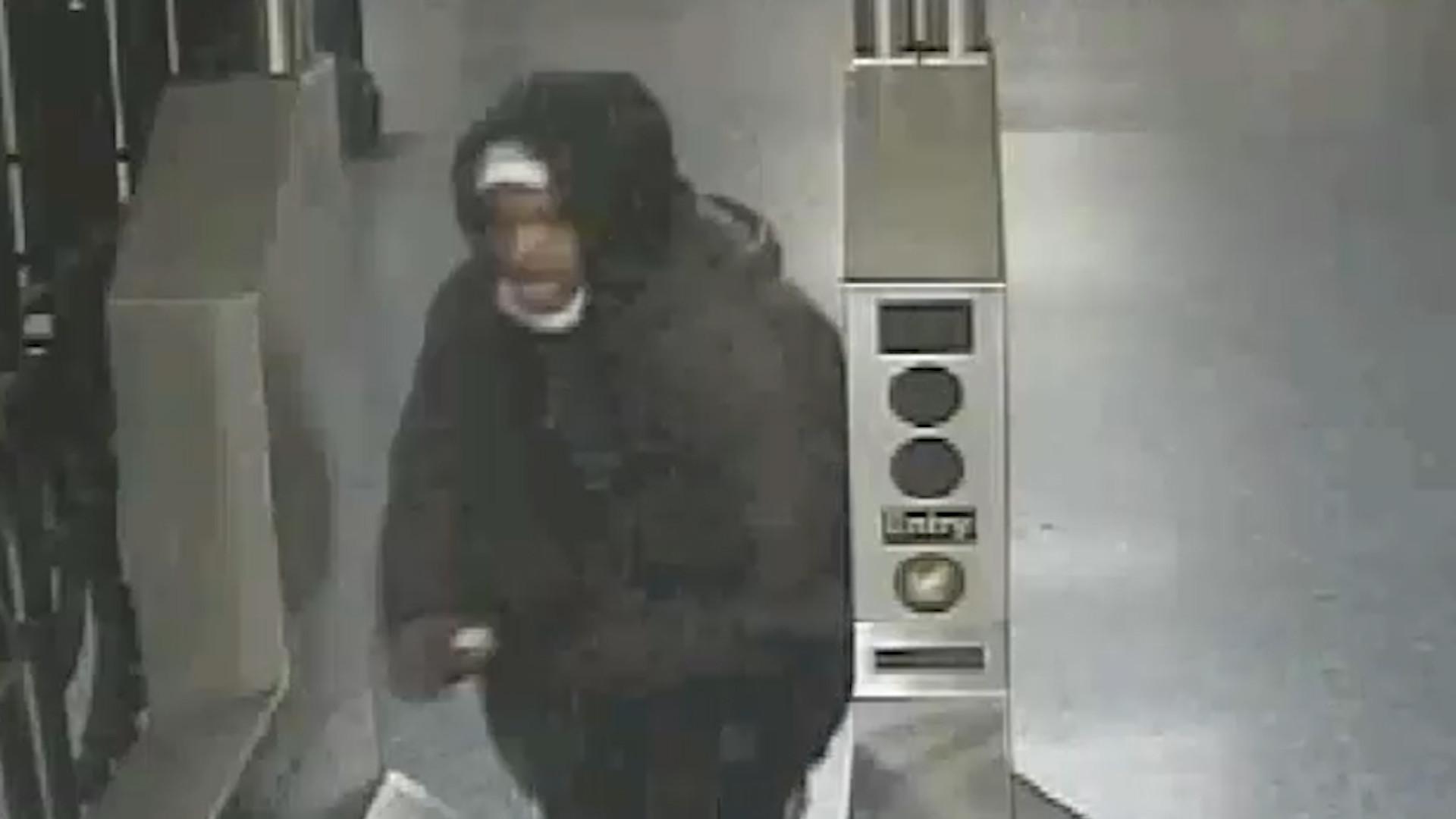 Chain of fools: Wacko throws bike chain onto NYC subway train, hitting off-duty cop