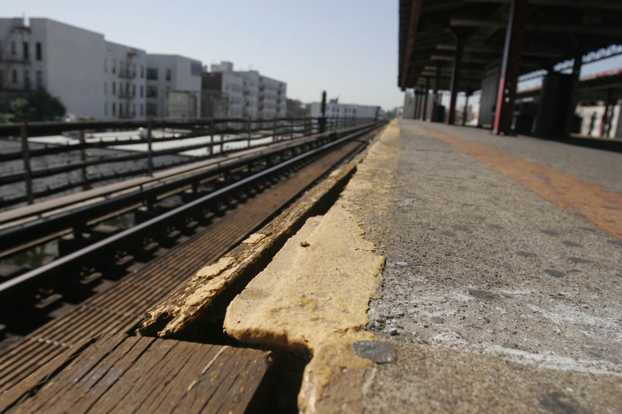 Cold hearted dad abandons tot on Bronx platform, good Samaritan saves the day