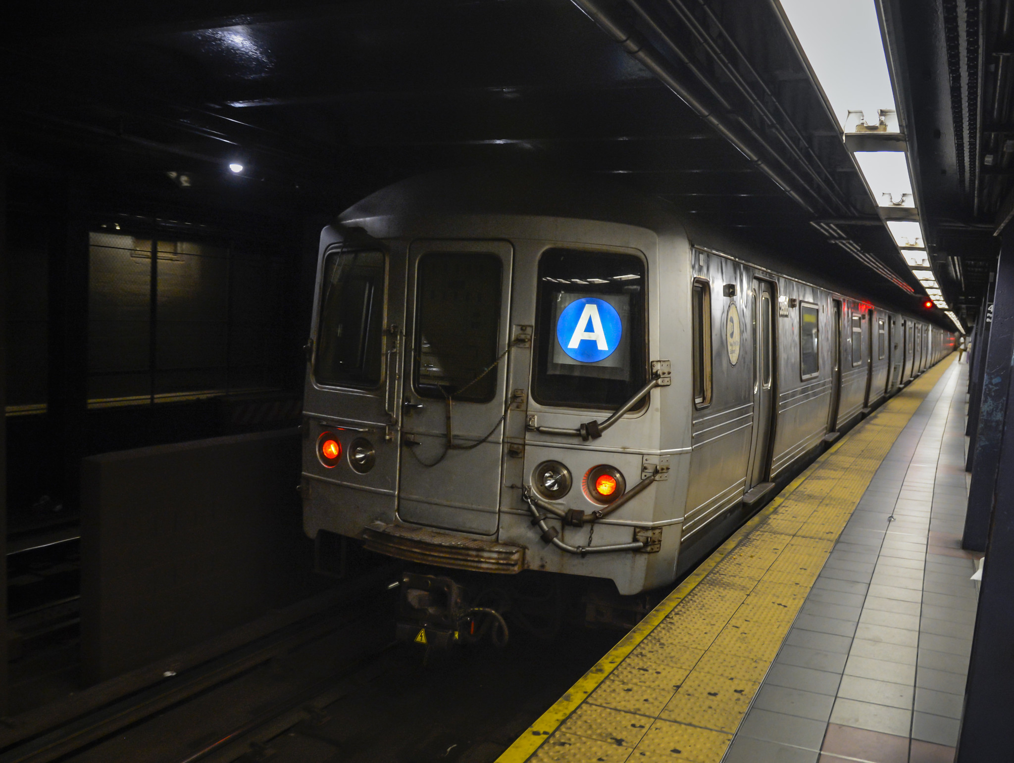 Man dies after being struck by train in Harlem subway tunnel