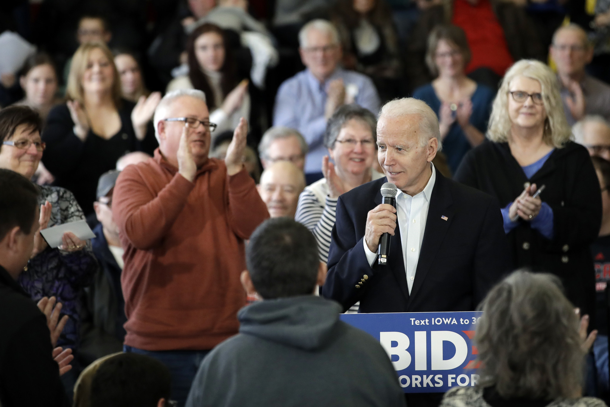 Democratic presidential candidates take Iowa by storm ahead of Monday caucus