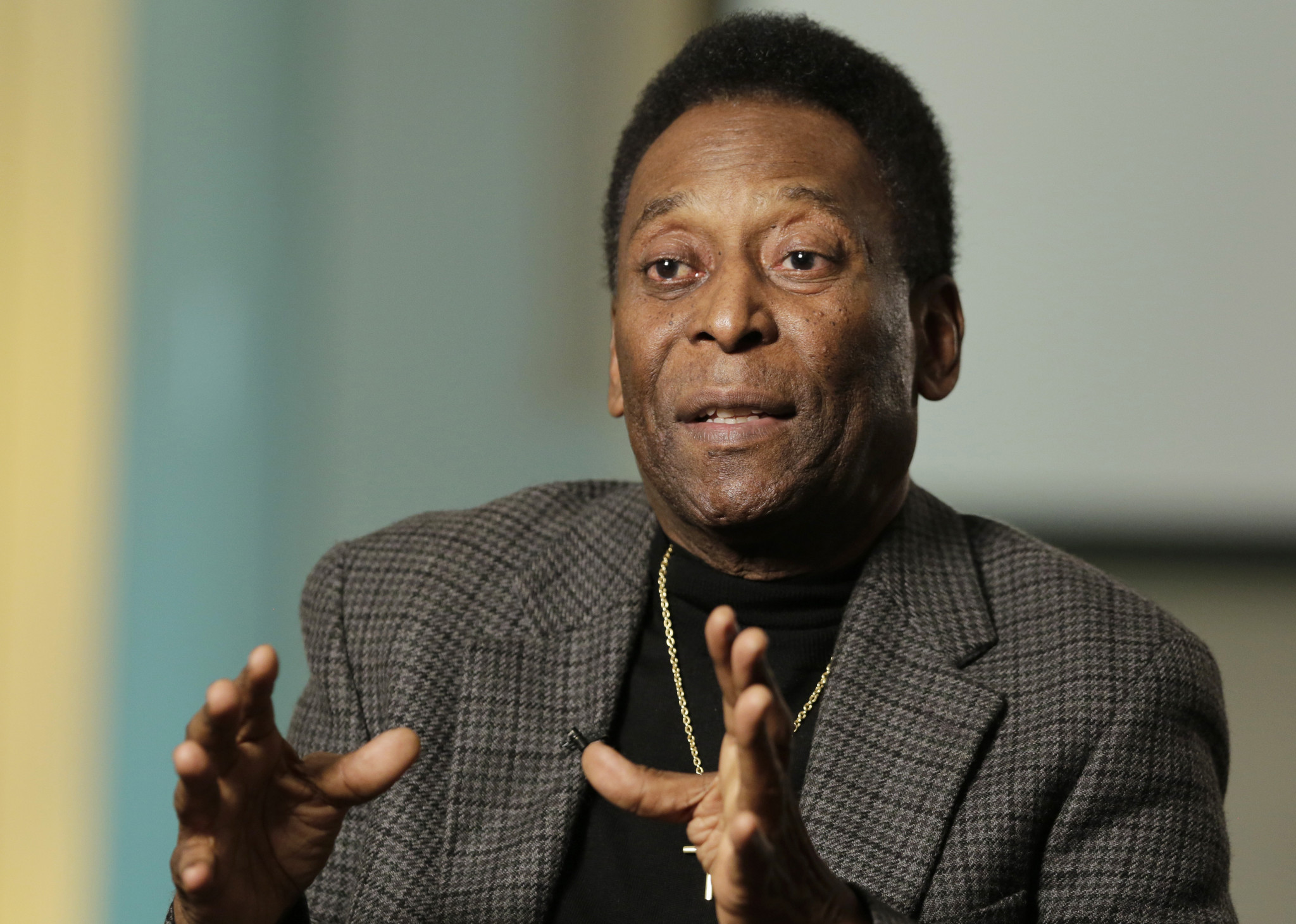 Ailing soccer legend Pele can't leave his house without help