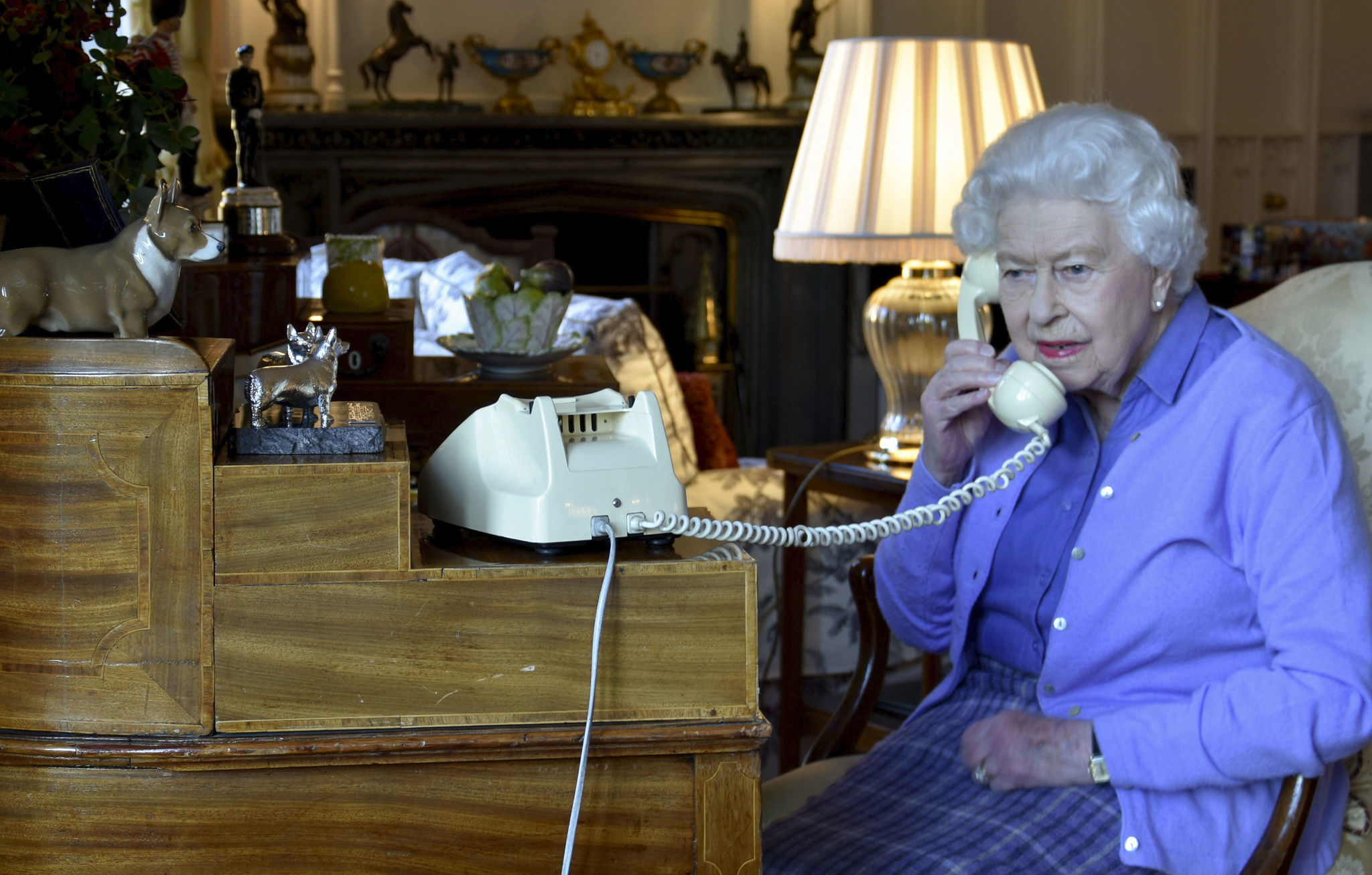 Queen Elizabeth, Boris Johnson hold weekly briefing by old-school phone, create perfect meme photo
